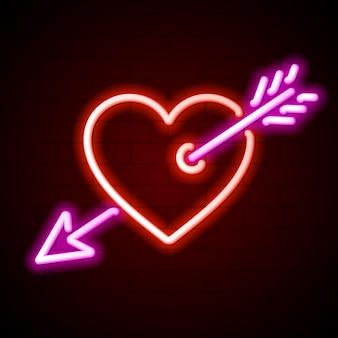 Coração vermelho trespassado pelo sinal de néon de seta de cupido