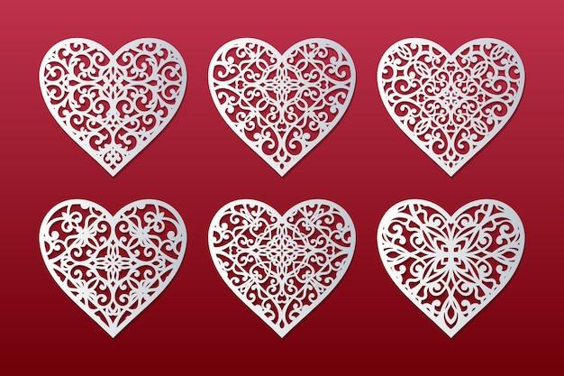 Corações cortados a laser cravados com padrão de renda. modelo de cartões de dia dos namorados.