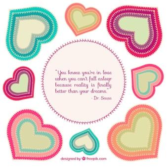 Corações de matéria têxtil coloridas e citações do amor