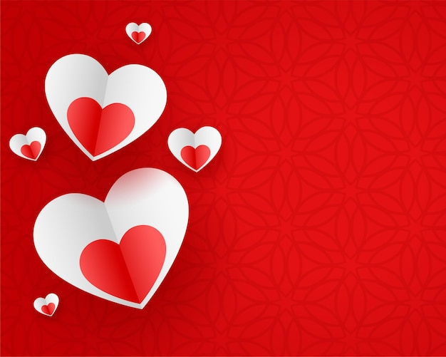 Corações de papel elegantes em fundo vermelho
