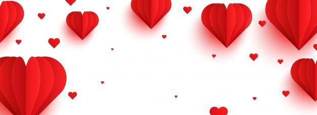 Corações de papel vermelho no fundo branco