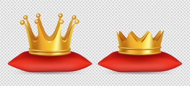 Coroas de ouro realistas. coroas de rei e rainha na almofada vermelha em fundo transparente