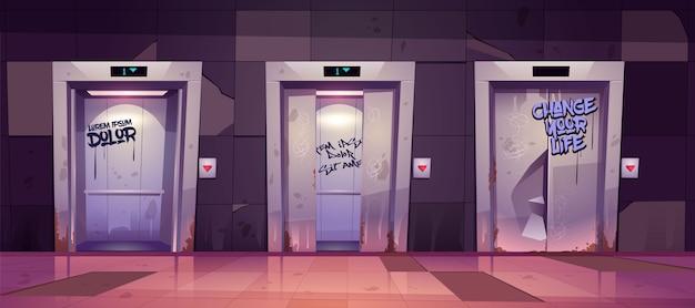 Corredor antigo sujo com portas de elevador abertas e fechadas