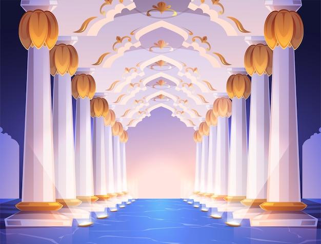 Corredor com colunas e arcos no palácio