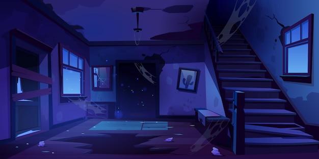 Corredor de casa abandonada velha à noite
