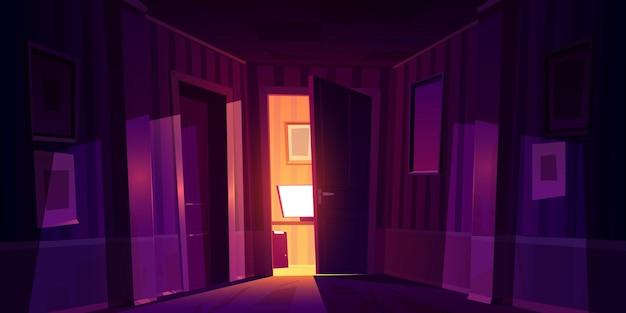 Corredor noturno com a porta entreaberta da sala com computador e luz caindo no piso de madeira.