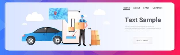 Correio homem máscara segurando caixa de papelão conceito de serviço de entrega expressa aplicativo de compras online cópia horizontal espaço completo ilustração