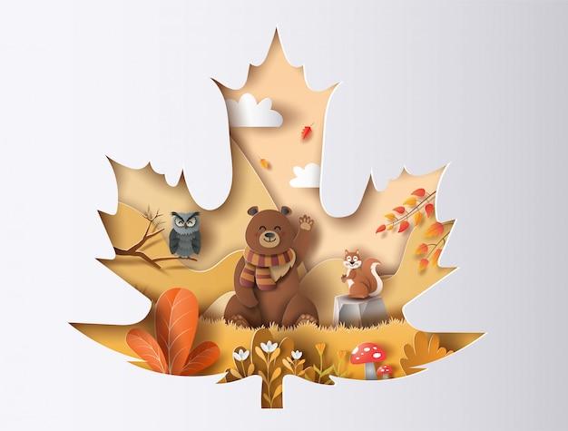 Corte de papel folha de bordo de outono com coruja, urso e esquilo com um sorriso feliz em uma floresta.