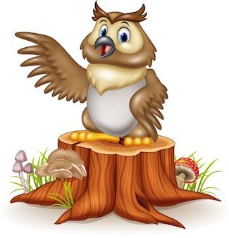 Coruja de desenho animado, acenando com a mão no toco de árvore