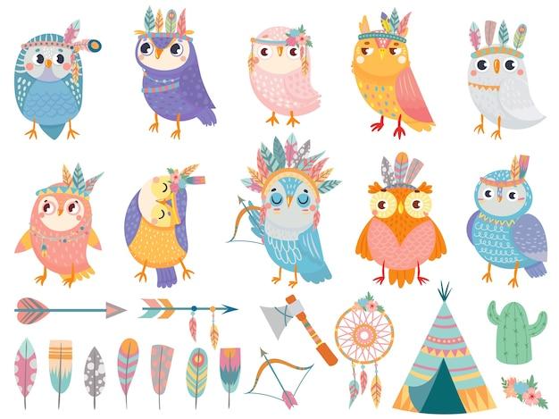 Coruja tribal selvagem. desenhos animados de corujas com penas tribais