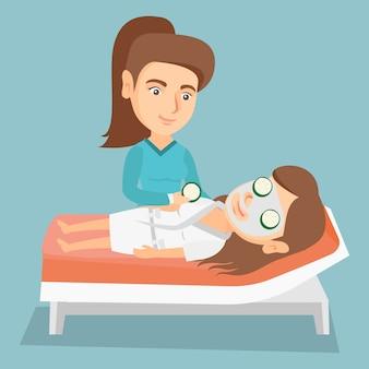 Cosmetologista fazendo tratamentos de beleza para uma mulher.