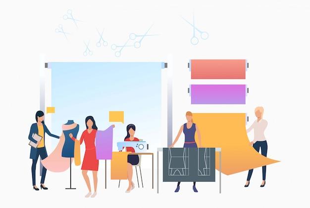 Costureira, designers e costureiras trabalhando em alfaiataria