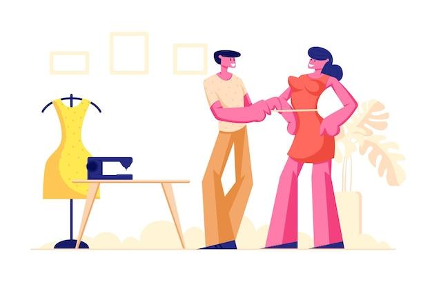 Costureira masculina medindo o peito de uma mulher com fita para fazer vestido