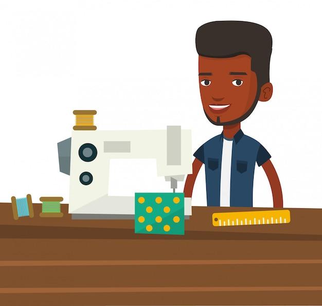 Costureira masculina usando a máquina de costura na oficina.