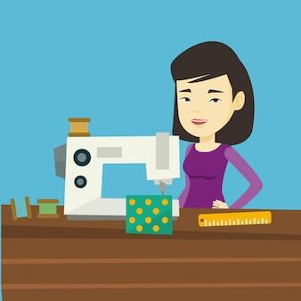 Costureira usando a máquina de costura na oficina.