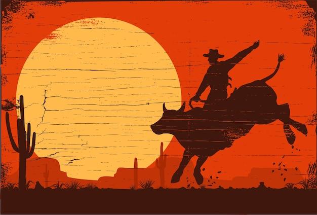 Cowboy de rodeio montando touro ao pôr do sol