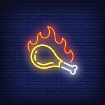 Coxa de frango grelhado com sinal de néon de chama de fogo