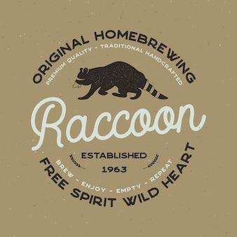 Crachá de animais selvagens com elementos de guaxinim e tipografia. modelo de logotipo de cerveja para a empresa de fabricação de cerveja. etiqueta conservada em estoque da casa da cerveja do vetor, emblema com efeito da tipografia.