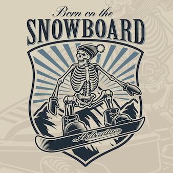 Crachá preto e branco de um esqueleto no snowboard sobre fundo claro.
