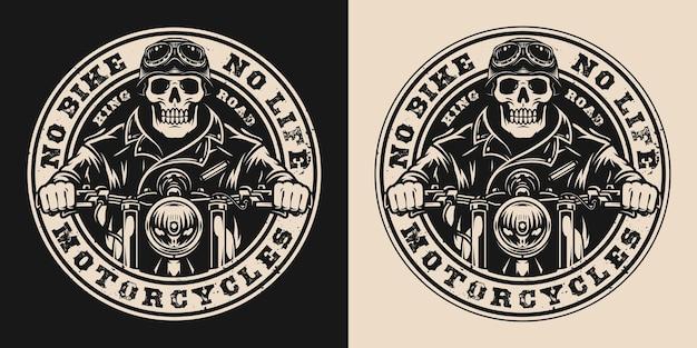 Crachá redondo vintage de motocicleta com inscrições e esqueleto de motociclistas andando de moto em estilo monocromático
