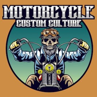 Crânio com capacete clássico e barba, andar de moto