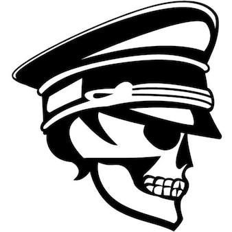 Crânio com chapéu militar