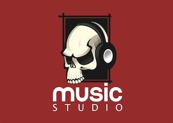 Crânio com modelo de design de logotipo de vetor de fones de ouvido