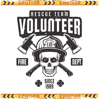Crânio de bombeiro no capacete com emblema de dois machados cruzados em estilo vintage