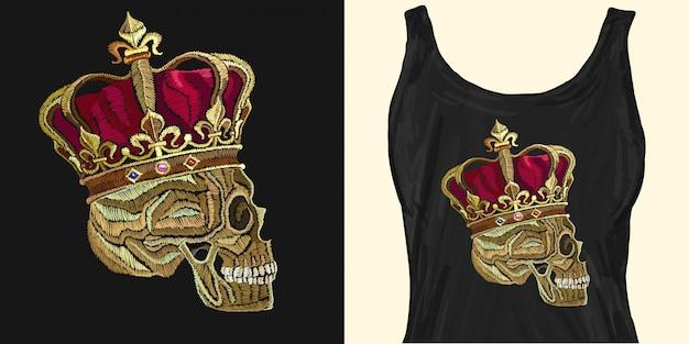 Crânio de bordado na coroa de ouro