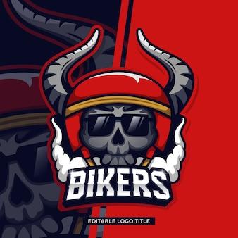 Crânio de motociclista com design de logotipo retrô e capacete de chifres com texto editável