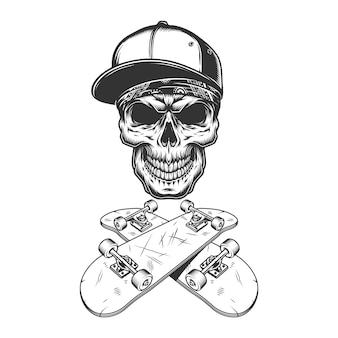 Crânio de skatista no boné de beisebol e bandana
