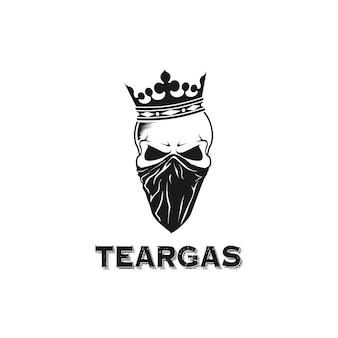 Crânio design logo usando coroa e bandana