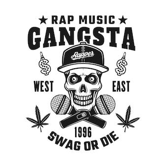 Crânio do rapper gangsta em snapback e microfones cruzados com emblema, distintivo, etiqueta ou logotipo em estilo vintage monocromático isolado no fundo branco
