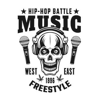 Crânio em fones de ouvido vetor de emblema de música hip-hop, distintivo, etiqueta ou logotipo em estilo vintage monocromático isolado no fundo branco