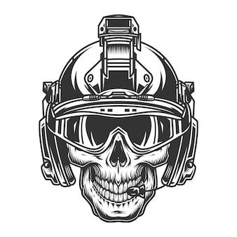 Crânio no capacete militar moderno