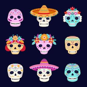 Crânios de dia morto. esqueleto mexicano, caveira com chapéu sombrero latinas. elementos assustadores do dia das bruxas, rostos de morte assustadores com flores conjunto de vetores. ilustração mexicana caveira, halloween colorido muertos