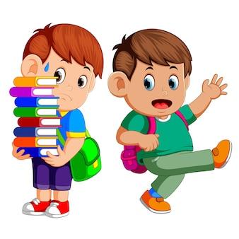 Criança carregando muitos livros