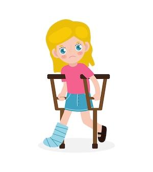 Criança caucasiana triste ferida com perna quebrada em gesso isolado