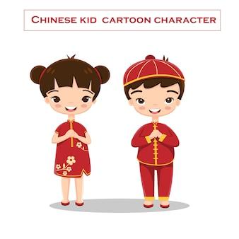 Criança chinesa em vestido tradicional vermelho