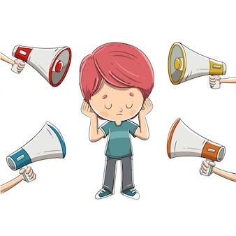 Criança cobrindo as orelhas por causa do barulho