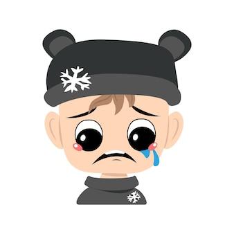 Criança com choro e lágrimas emoção rosto triste olhos depressivos em chapéu de urso com cabeça de floco de neve de bonito ...