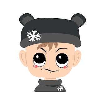 Criança com emoções de cara desagradável suspeita em chapéu de urso com bebê fofo floco de neve com ...