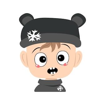 Criança com emoções em pânico surpreso rosto chocado olhos chocados em chapéu de urso com bebê fofo floco de neve com cicatriz ...
