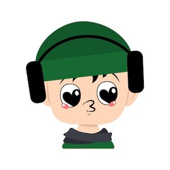 Criança com olhos de grande coração e beijo de lábios no chapéu verde com fones de ouvido lindo garoto com rosto amoroso em ...