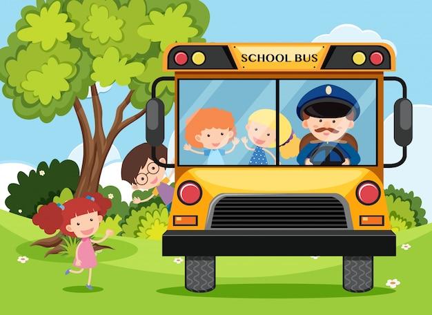 Criança e motorista de ônibus no ônibus escolar