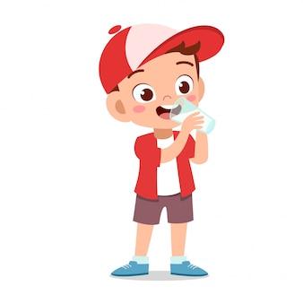 Criança feliz bebe leite