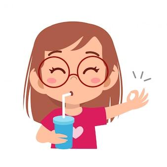 Criança feliz bebe suco