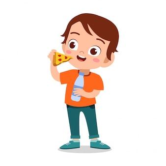 Criança feliz comendo