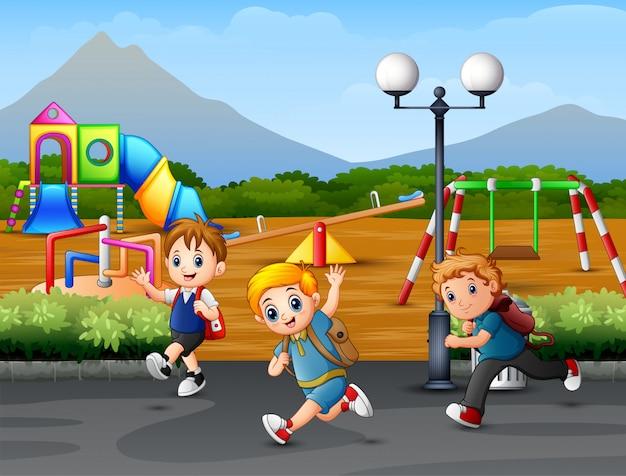 Criança feliz correndo na estrada
