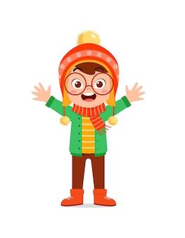 Criança feliz e fofa brincar e usar jaqueta no inverno